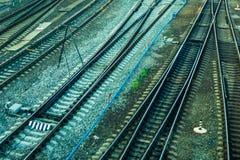 Le rotaie ferroviarie entrano in distanza fotografia stock