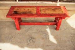 Le rouge a équilibré le banc en bois photographie stock