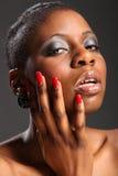 Le rouge cloue le headshot de la belle femme de couleur Photo libre de droits