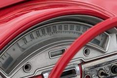 Le rouge a coloré de vieux détails, roue et tachymètre américains de voiture Photo libre de droits