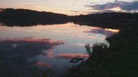 Le rouge coloré a teinté des réflexions de nuage Photographie stock