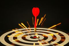 Le rouge darde des flèches au centre de cible Image libre de droits