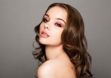 Le rouge de beauté observe le mannequin rose de maquillage de lèvres Photo stock