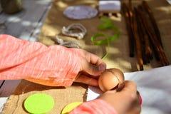 Le rouge de fond de Pâques eggs la toile naturelle Photographie stock libre de droits
