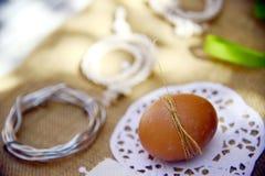 Le rouge de fond de Pâques eggs la toile naturelle Images libres de droits