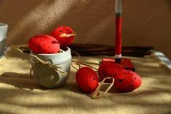 Le rouge de fond de Pâques eggs la toile naturelle Photographie stock