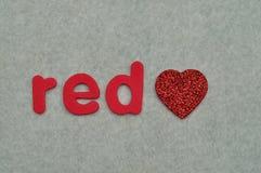 Le rouge de mot avec un coeur rouge Photo libre de droits