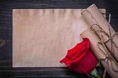 Le rouge de papier de rouleaux attaché par vintage augmenté a monté dessus Photographie stock