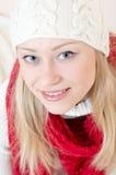 Le rouge de port de femme assez heureuse a tricoté l'écharpe et les gants Photographie stock