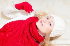 Le rouge de port de femme heureuse a tricoté l'écharpe et les gants Image stock