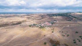Le rouge de vue aérienne a couvert de tuiles le village typique de toits clips vidéos