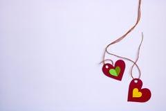 Le rouge deux a relié des coeurs et un petit intérieur différent deux Photographie stock libre de droits