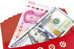 Le rouge enveloppent : dollar US chanceux d'argent un yuan de la Chine Photo stock