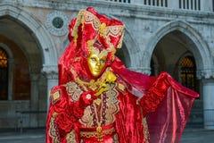 Rouge et femme masquée par or Photo stock