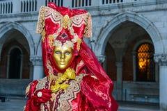 Rouge et femme masquée par or Photo libre de droits