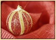 Le rouge et l'or ornementent la carte de voeux de Noël de fond Image libre de droits