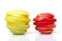 Le rouge et le jaune ont découpé Apple en tranches Images stock