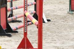 Le rouge et le noir ont coloré les barrières en bois au sol pour les chevaux sautants image stock