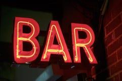 Le rouge a illuminé le signe au néon de BARRE photographie stock
