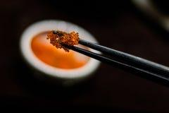 Le rouge japonais eggs des sushi Image stock