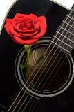 Le rouge a monté à l'intérieur de la vieille guitare acoustique noire Photo stock