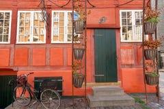 Le rouge mure la maison de style traditionnel à Copenhague, Danemark Façade de véhicule historique d'immeuble de brique et de bic photographie stock libre de droits