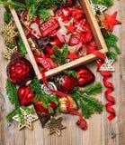 Le rouge nostalgique de décoration de Noël tient le premier rôle des ornamen de rubans de babioles image libre de droits