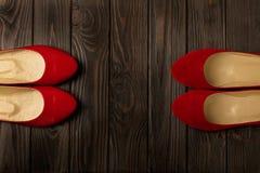 Le ` rouge s de femmes chausse des ballerines sur le fond en bois Images stock