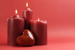 Le rouge trois romantique a allumé des bougies, horizontales avec l'espace de copie. Photographie stock libre de droits