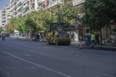 Le rouleau compresseur presse l'asphalte à la route Photo libre de droits