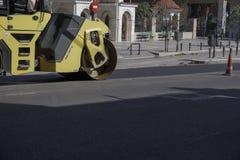 Le rouleau compresseur presse l'asphalte à la route Photographie stock libre de droits