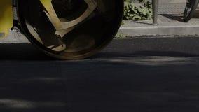Le rouleau compresseur presse l'asphalte à la route banque de vidéos