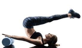 Le rouleau de mousse de forme physique de pilates de femme exerce la silhouette d'isolement photo libre de droits
