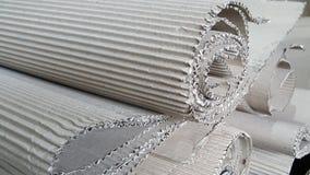 Le rouleau de papier de métier de vague s'est plié en carton ondulé aléatoire et brun, cannelure de papier, la publicité commerci Photo libre de droits