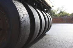 Le rouleau de route roule nivelant la construction de nouvelles routes Images stock