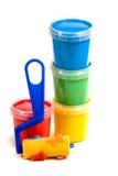 Le rouleau des enfants et le seau coloré de peinture Photo stock