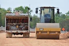 Le rouleau emballe la rampe de route en construction photographie stock