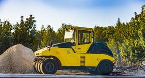 Le rouleau lourd de vibration au trottoir d'asphalte fonctionne l'asphalte de réparation de route de machine à paver d'asphalte photos libres de droits