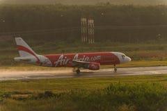Le roulement d'Air Asia pour décollent à l'aéroport de krabi Photos stock