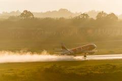 Le roulement d'Air Asia pour décollent à l'aéroport de krabi Image libre de droits