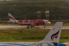 Le roulement d'Air Asia pour décollent à l'aéroport de krabi Photos libres de droits