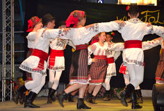 Le Roumain badine la danse de groupe de folklore photo stock