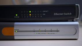 Le routeur d'Ethernet commence des lumières de travail et de lueur des câbles de données reliés banque de vidéos