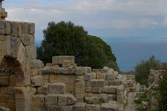 Le rovine antiche dello stabilimento greco Nei precedenti il mar Tirreno Tindari sicily immagini stock