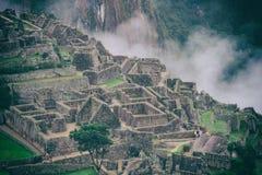 Le rovine antiche di Machu Picchu e le montagne coperte da nebbia peru Fotografie Stock