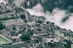 Le rovine antiche di Machu Picchu e le montagne coperte vicino non appannano gente Fotografia Stock