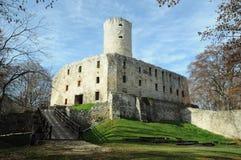Le rovine dei vescovi del ³ w di Krakà fortificano nel Giura polacco immagini stock