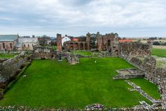 Le rovine del abby sull'isola santa di Lindisfarne fotografia stock