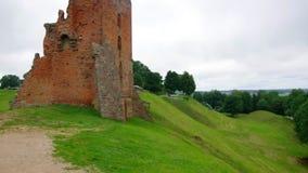 Le rovine del castello nella città di Novogrudok stock footage