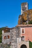Le rovine del castello nella città medievale Immagine Stock